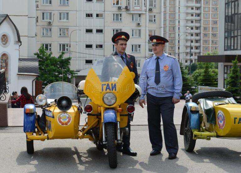 minnaars-van-geschiedenis-de-oude-sovjetpolitie-eenvormig-bij-motorfiets-ural-116784924