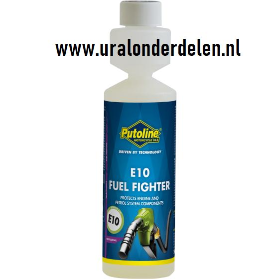 putoline E10 Fuel Fighter is een krachtig brandstofadditief. Specifiek ontwikkeld ter bescherming van het brandstofsysteem tegen de schadelijke effecten van E10 brandstoffen, die voor 10% uit bio-ethanol bestaan. E10 Fuel Fighter compenseert de nadelige gevolgen en voorkomt motorschade. Het product heeft de volgende eigenschappen: Beschermt het brandstofsysteem tegen corrosie Verbetert de smeereigenschappen Vermindert inwendige wrijving in de motor Vermindert brandstofverbruik Reinigt injectoren en kleppen: zorgt voor optimale verbranding. Verkooppunten Toepassing Gebruiksaanwijzing: Voeg 0,1% toe aan de benzine (25 ml voor 25 liter brandstof) De speciale doseerhulp op de fles helpt om de juiste hoeveelheid te krijgen www.uralonderdelen.nl